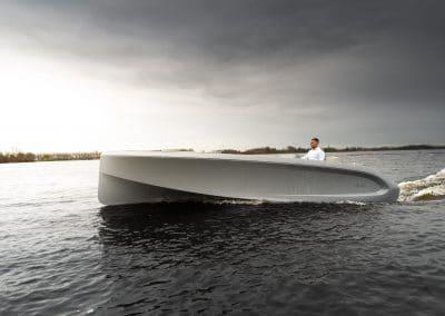grijze boot met groot zonnedek