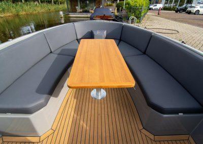boot met grote tafel