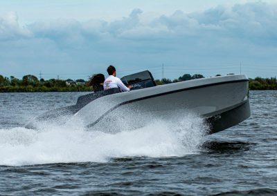 grijze sportboot omtzigt