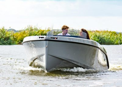 grijze sportboot