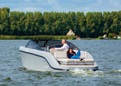 grijze boot met ruim zonnedek waar je lekker op kan liggen