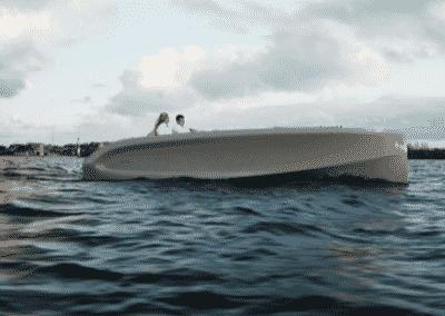 grijze boot op de kaag
